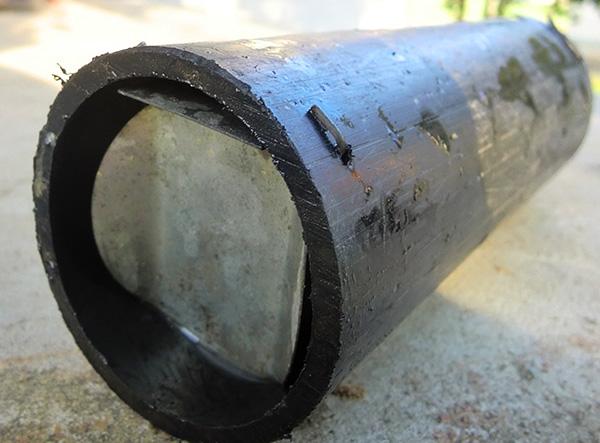 Hemlagad mullfångare gjord av ett stycke metallrör.