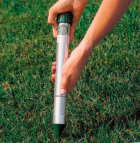 Det är viktigt att fästa enheten i marken och inte fördjupa den i ett speciellt grävt hål.