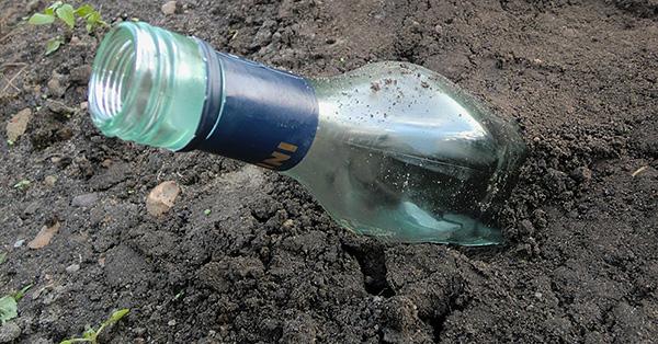 Tomma glasflaskor, begravda i en vinkel i marken, surrar i vinden och kan därför ibland också skrämma bort en mullvad från territoriet.