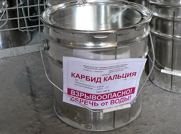 A vakondok elriasztásának népszerű módja a kalcium-karbid használata.