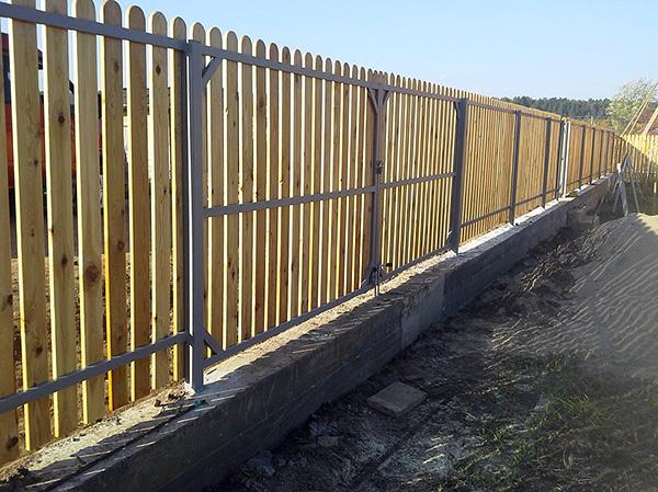 A mély alapokkal ellátott kerítés felszerelése megbízható, de drága módszer a helyszínnek a vakondoktól való védelmére.