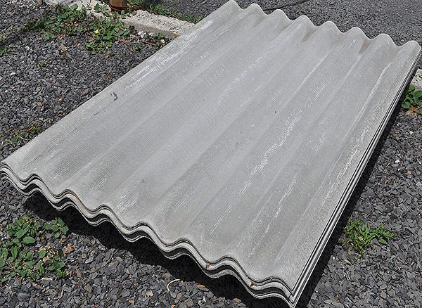 Ibland försöker trädgårdsmästare använda skiffer för att skydda platsen från mol, som ett billigt alternativ till ett plastnät.