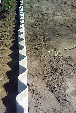 Skiffer inställs vertikalt runt tomtens omkrets till ett djup av cirka 80 cm.