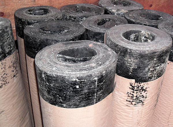 Ett ännu billigare alternativ är att gräva takmaterialet längs områdets omkrets, men detta material är inte särskilt hållbart och kanske inte skyddar det från mol.
