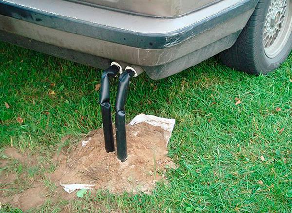 A képen példa a féreglyukak feltöltésére az autó kipufogógázával.