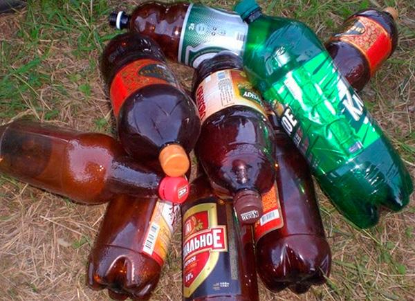 Ibland försöker de skrämma bort skadedjur med hjälp av stängda plastflaskor, som spricker när temperaturen förändras.
