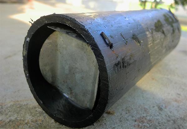 Hemlagad mullfångare gjord av metallrör.