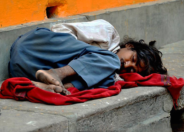 Az éhes patkányok elcsíphetnek az alvó emberek sarkán, hogy ne érezzék fájdalmat, vagy akár felébredjenek is.