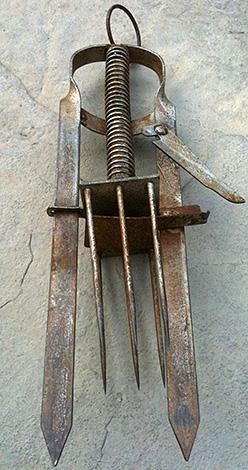 A harpūnacsapda (dugattyú) megöli a vakondot azáltal, hogy éles kötőtűvel áttöri a testét.