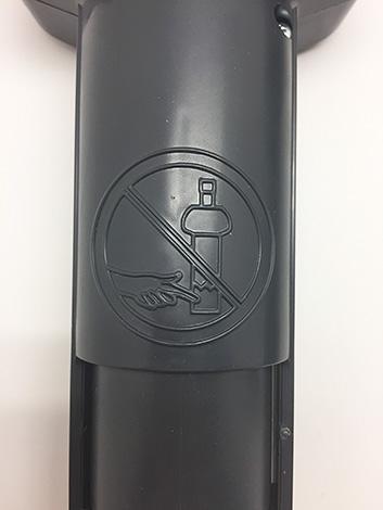 Sveitsiläisessä ansassa varoituskuvake on kaiverrettu muovikoteloon.