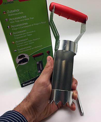 Tällainen laite leikkaa reiän nopeasti ja helposti aukon asettamiseksi.
